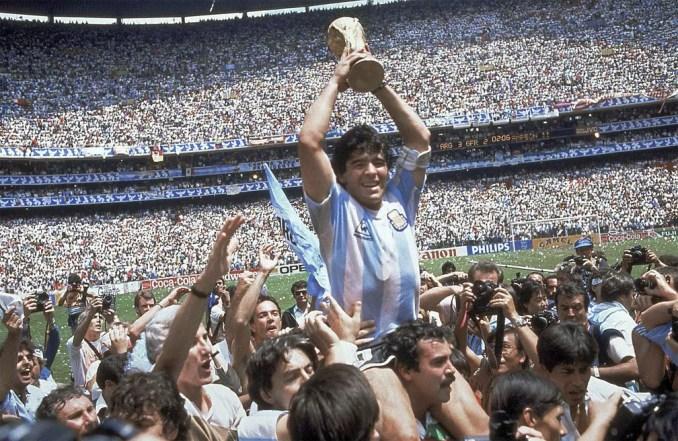 Diego Maradona ergue a Copa do Mundo após vitória da Argentina sobre a Alemanha Ocidental em 1986, na Cidade do México — Foto: Carlo Fumagalli/AP