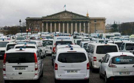 Motoristas de ambulância se juntaram ao protesto e bloquearam o trânsito no entorno da Assembleia Nacional de Paris — Foto: Reuters/Gonzalo Fuentes