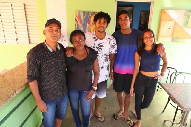 Marcos ao lado da esposa Reneides e os filhos Gabriel, Davi e Ana Clara (Foto: Lia Mara/Jornal do Tocantins)