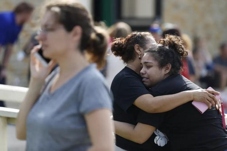 Choque de estudante após tiroteio em escola no Texas . Foto: Michael Ciaglo/AP
