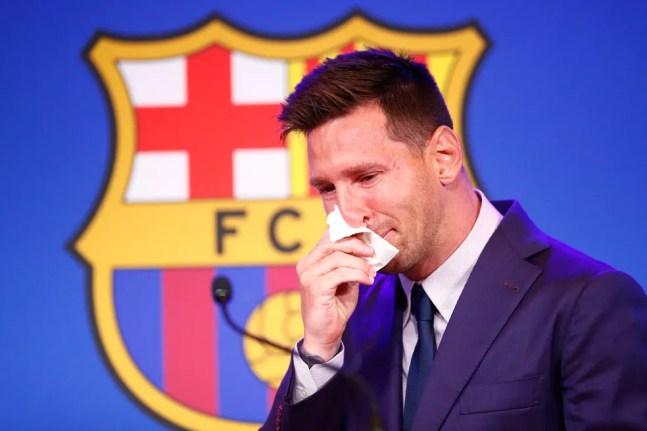 Messi chora em entrevista coletiva de despedida do Barcelona — Foto: Eric Alonso/Getty Images