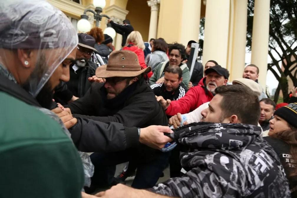 Houve tumulto nesta terça-feira (20) na Câmara Municipal de Curitiba (Foto: Rodrigo Fonseca)