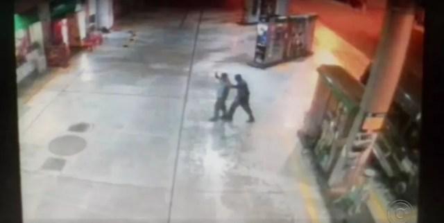 Câmeras de posto de combustíveis registraram assalto em Porto Feliz (Foto: Reprodução/TV TEM)