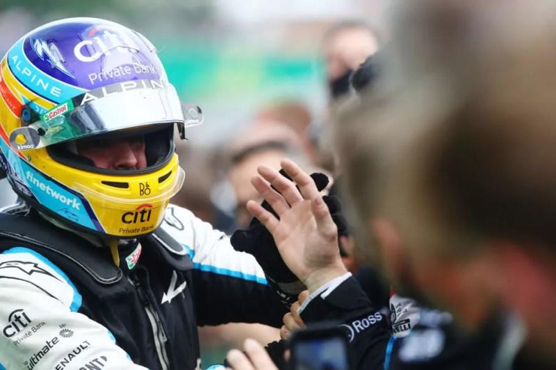 Fernando Alonso comemora resultado do GP da Hungria com Alpine  — Foto:  Mark Thompson/Getty Images