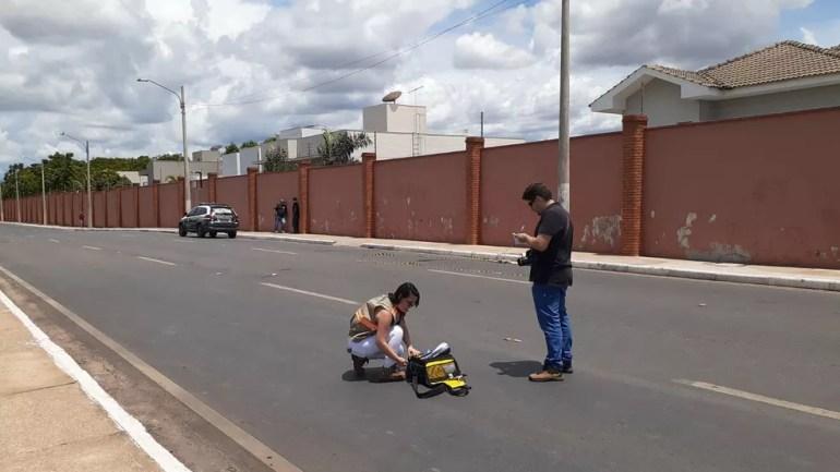 Peritos começam a analisar local onde crianças e mãe foram atropeladas em Cuiabá — Foto: Angélica Neri/Centro América FM
