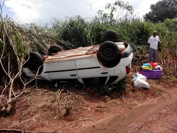 Um carro de passeio capotou na tarde desta terça-feira (4) após colisão com outro veículo, na BR-364, perto do Distrito de Santa Elvira, em Juscimeira, a 164 km de Cuiabá. Conforme a Polícia Rodoviária Federal (PRF), as pessoas que estavam no veículo não ficaram feridas. Com o impacto da colisão, o carro saiu da pista e capotou às margens da rodovia. (Foto: Assessoria/ PRF-MT)