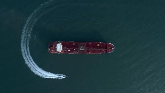 Foto de 21 de julho mostra uma lancha da Guarda Revolucionária do Irã movendo-se em torno do petroleiro Stena Impero, que foi apreendido no Estreito de Ormuz na sexta-feira (19) pela Guarda no porto iraniano de Bandar Abbas — Foto:  Agência de Notícias Morteza Akhoondi/Tasnim via AP