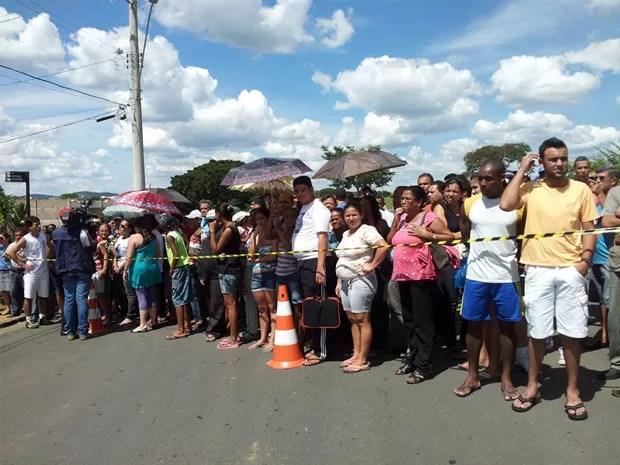 Multidão acompanha reconstituição de morte de menina em Bom Sucesso. (Foto: Samantha Silva / G1)