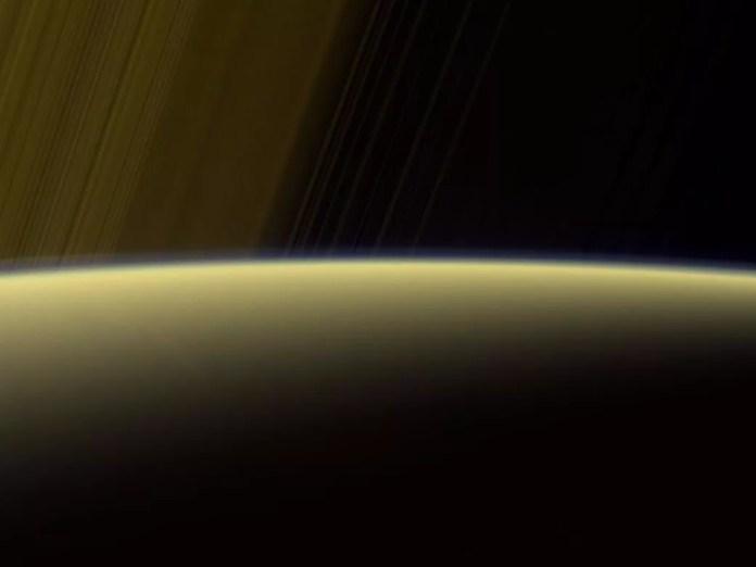 Composição de cores falsas usando imagens captadas filtros vermelho, verde e ultravioleta (Foto: NASA/JPL-Caltech/Space Science Institute)