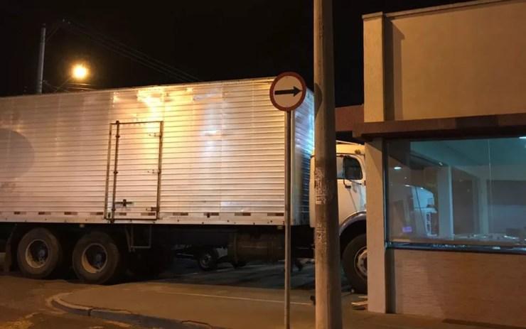 Caminhão desgovernado atinge parede de padaria em Olímpia (Foto: Arquivo Pessoal )