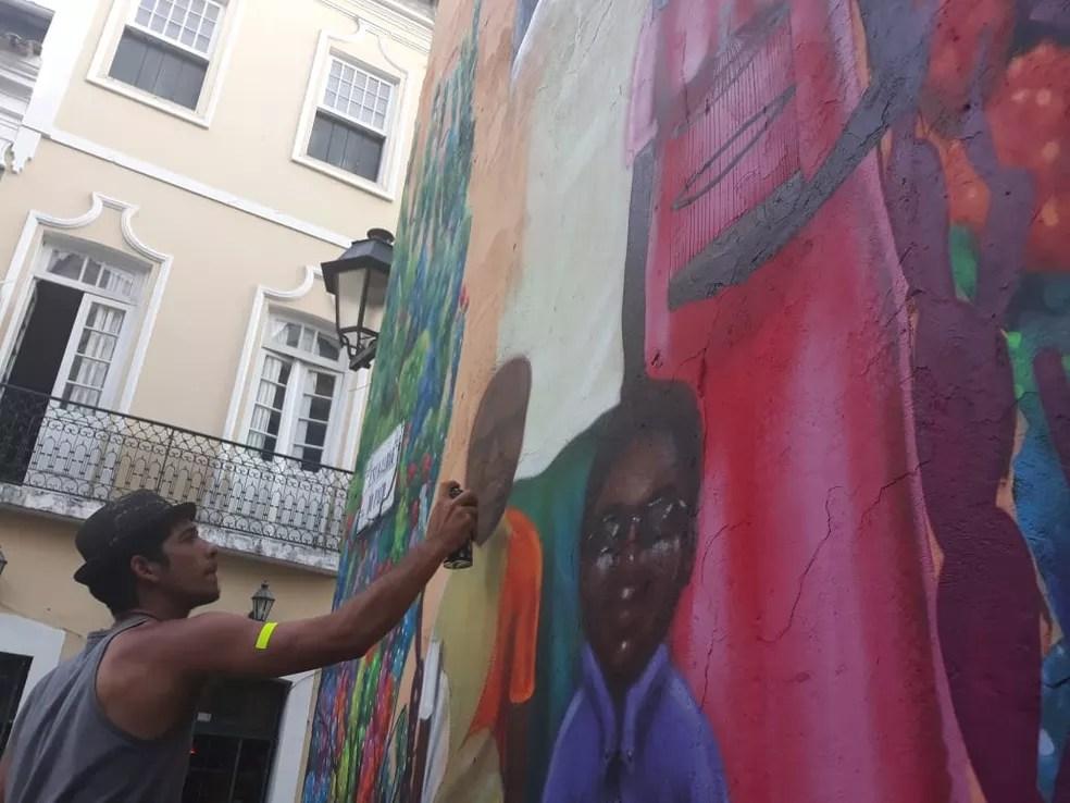 O grafiteiro Bruno Wiw pintou mural na Escadaria do Paço, no Centro Histórico — Foto: Bruno Wiw / Arquivo Pessoal