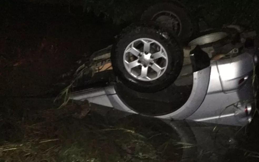 Carro capotou após ser atingido e caiu em córrego  — Foto: Divulgação/Polícia Militar