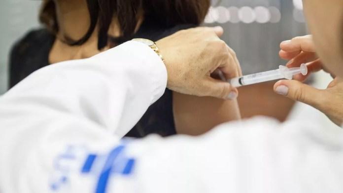 No ano passado, 900 mil vacinas 'encalhadas' foram liberadas para homens e mulheres fora na faixa etária alvo para que não estragassem (Foto: MANUELA BRANDOLFF/PALÁCIO PIRATINI)