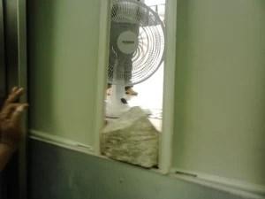 Funcionários do fórum conseguiram colocar ventilador na porta do elevador (Foto: Alexandre Foscardo/Arquivo Pessoal )