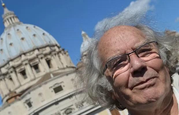 O ativista argentino Adolfo Pérez Esquivel dá entrevista nesta quinta-feira (21) após encontro privado com o Papa Francisco no Vaticano (Foto: AFP)