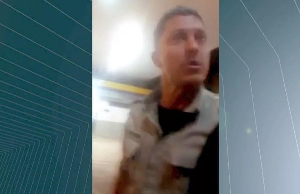 Policial foi filmado agredindo frentista após ser cobrado por sair sem pagar (Foto: Reprodução/TV Anhanguera)