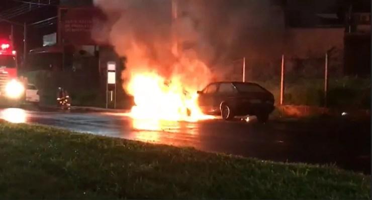 Carros pegam fogo na madrugada deste domingo (13) em Ribeirão Preto (SP) — Foto: Paulo Solis