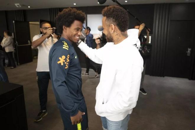 Neymar cumprimenta Willian, seu substituto na Seleção — Foto: Lucas Figueiredo/CBF