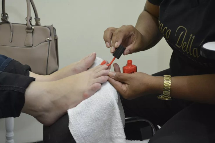 Manicure está entre as vagas oferecidas em Araçatuba (Foto: Diêgo Holanda/G1)