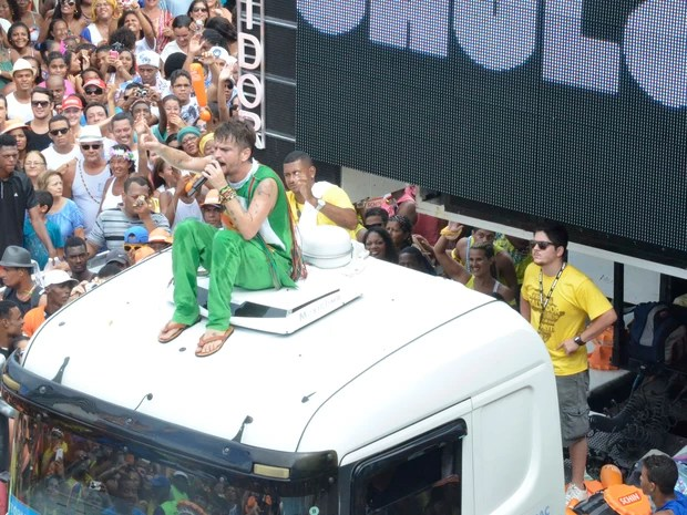 Saulo canta para foliões em cima do trio no carnaval de Salvador (Foto: Diogo Macedo/Ag Haack)