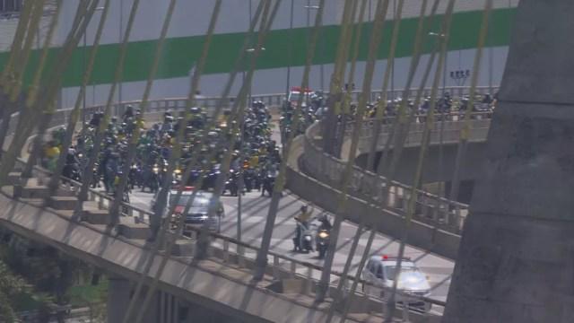 Grupo faz ato na Ponte Estaiada, na Zona Sul de SP — Foto: Reprodução/TV Globo