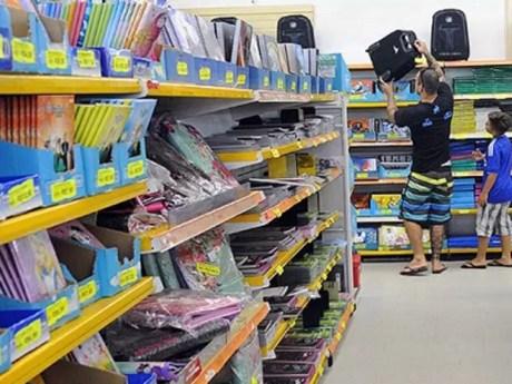 Pai e filho escolhem material escolar em papelaria do Distrito Federal (Foto: Toninho Tavares/Agência Brasília )