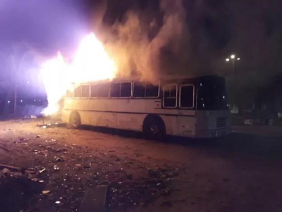 Ônibus incendiado no conjunto Santa Catarina, em Natal (Foto: Reprodução/Facebook)