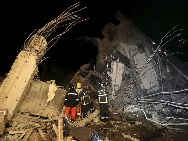 Equipes de resgate trabalham em escombros de prédio que desabou após terremoto nesta sexta-feira (5) em Tainan, em Taiwan (Foto: REUTERS/Stringer)