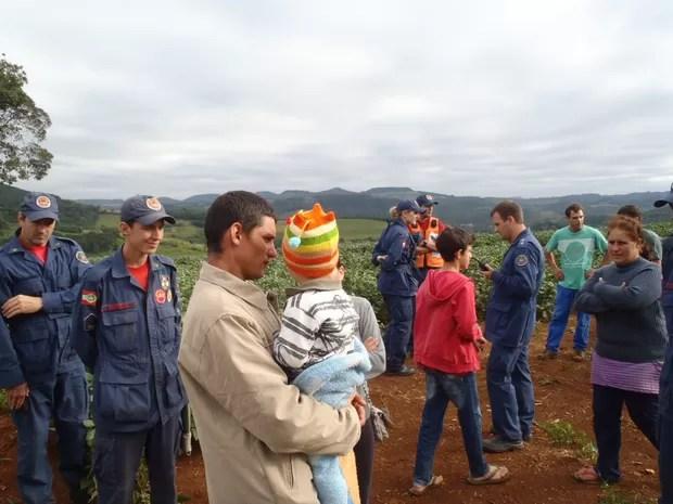 Menino de dois anos se perdeu às 20h de sexta (22) e foi encontrado por volta das 7h45 deste sábado (23) (Foto: Corpo de Bombeiros/Divulgação)
