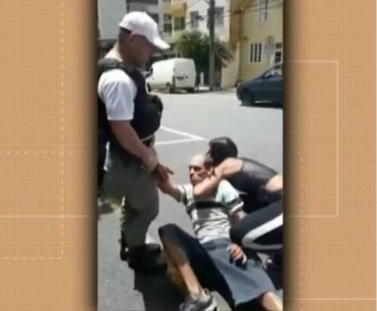 Lutadora segurou suspeito até a chegada da Brigada Militar após furto em Caxias do Sul — Foto: Reprodução/RBS TV
