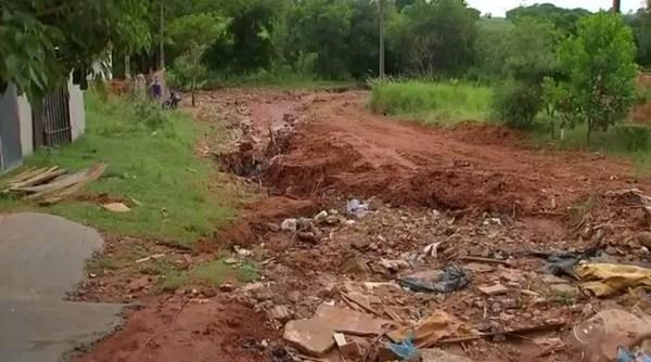 Crateras dificultam tráfego de veículos e pedestres em ruas de Araçatuba (SP) (Foto: Reprodução/TV TEM)