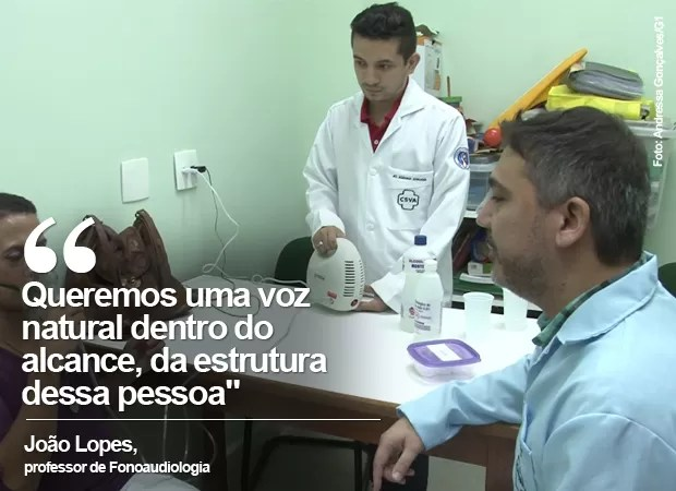 Professor João Lopes fala sobre o processo de transformação da voz de pacientes transexuais (Foto: Andressa Gonçalves/ G1)