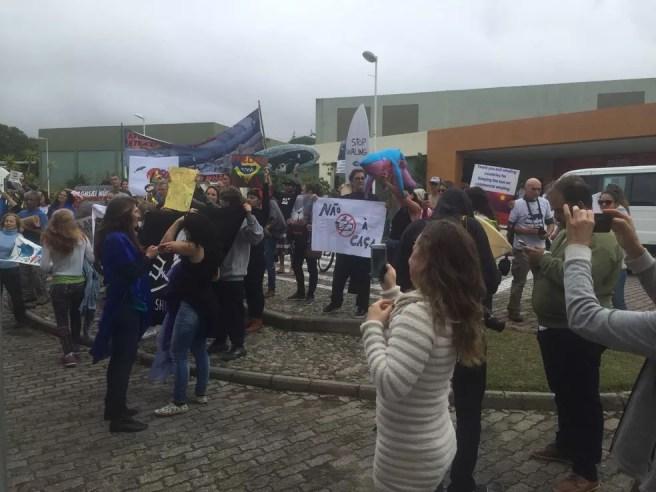 Ambientalistas protestam contra proposta de liberar caça às baleias — Foto: Mayara Vieira/NSC TV