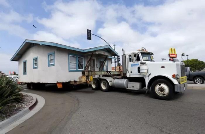 Casa construída há quase 100 anos foi transferida de lugar na Califórnia (Foto: Mike Blake/Reuters)