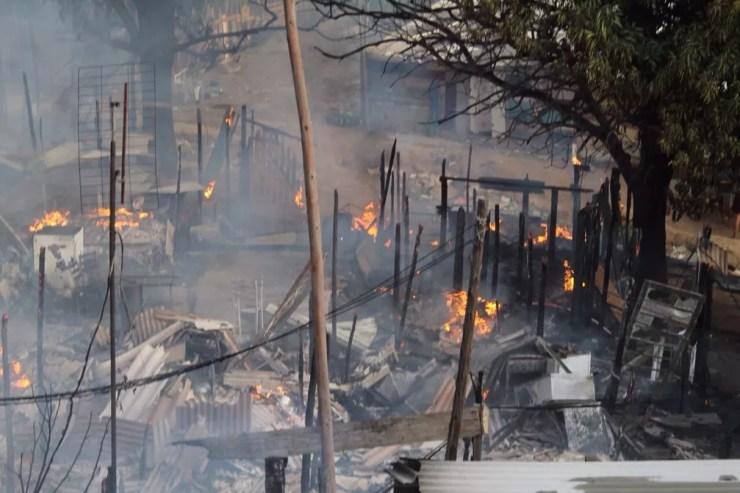 Incêndio atinge área com barracos em bairro de Salto (Foto: Edemilson Santos/Jornal Estância)