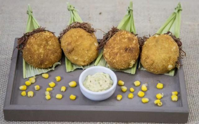 'Saudosa maloca' é o bolinho de milho com queijo, recheado com carne seca e molho de azeitonas, que concorre esse ano pelo Bar do David (Foto: Divulgação / Comida Di Buteco)