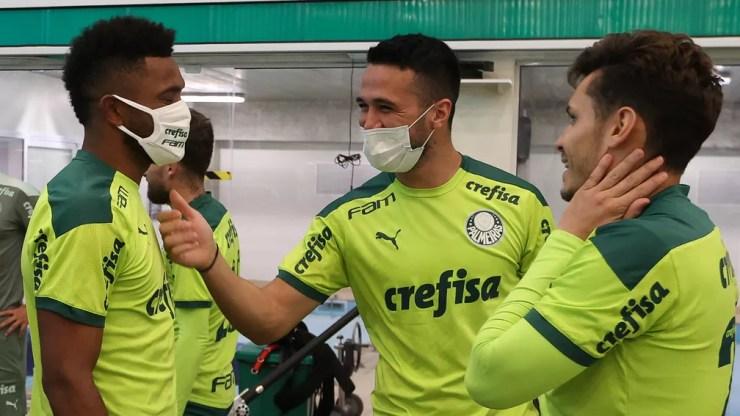 Borja conversa com Luan e Raphael Veiga em sua reapresentação ao Palmeiras — Foto: Cesar Greco