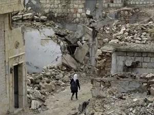 Ruínas de um prédio após bombardeio na Síria (Foto: Khalil Ashawi / Reuters)