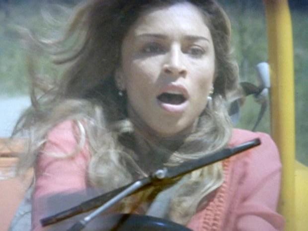 ester passa mal e bate com o carro (Foto: Flor do Caribe / TV Globo)