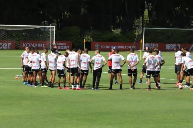Elenco do São Paulo durante treino — Foto: Marcos Paulo