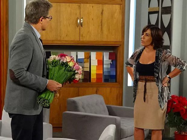 Flores de Felipe não amolecem o coração de Roberta (Foto: Guerra dos Sexos / TV Globo)