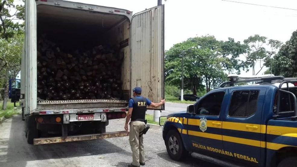 PRF apreendeu 34m³ de madeira ilegal nesta quarta-feira, 29, em Capanema, no nodeste do Pará (Foto: Divulgação/PRF)
