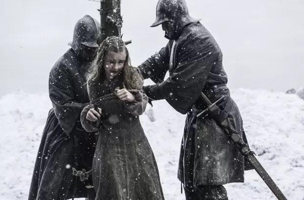 Shireen Baratheon sendo levada para a fogueira (Foto: Divulgação/HBO/Helen Sloan)
