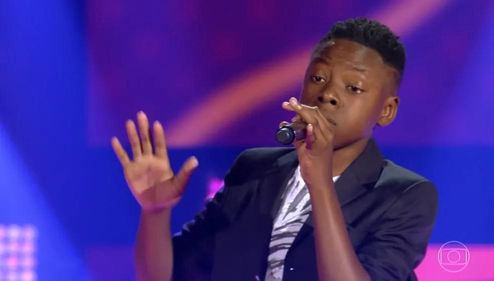 Luis Henrique apostou no romantismo e passou para a próxima fase do 'The Voice Kids' — Foto: TV GLOBO