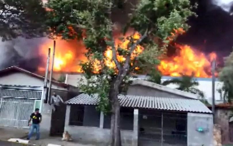 Fogo na EMS quase atingiu casas que ficam próximas à indústria, em Hortolândia — Foto: Reprodução/TV Globo