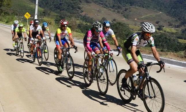 Atletas durante a terceira etapa em Itaipava