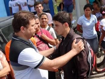 Tio da vítima é cumprimentado por bombeiro que participou do resgate (Foto: Katherine Coutinho / G1)