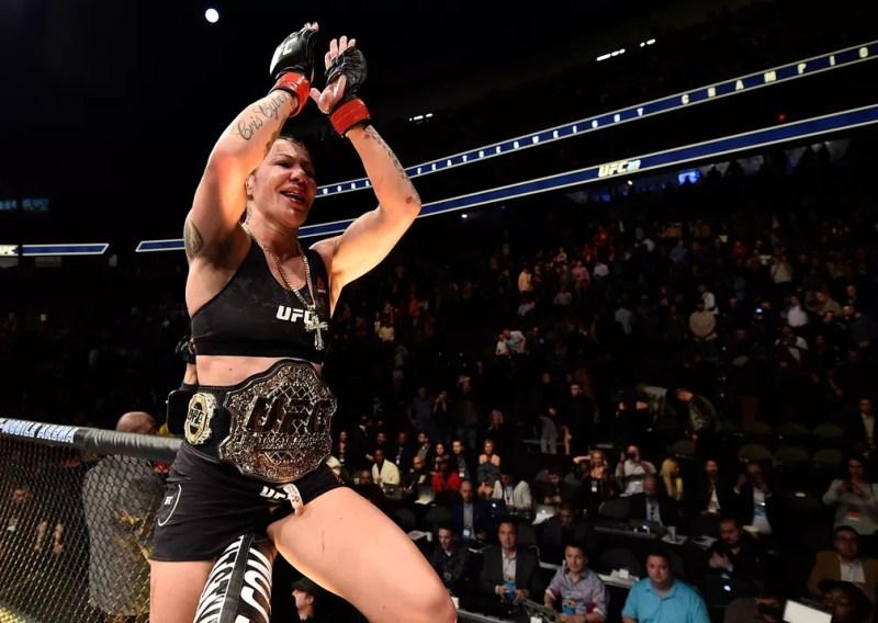 Cris Cyborg manteve o cinturão do peso-pena feminino ao bater Holly Holm no UFC 219 (Foto: Getty Images)