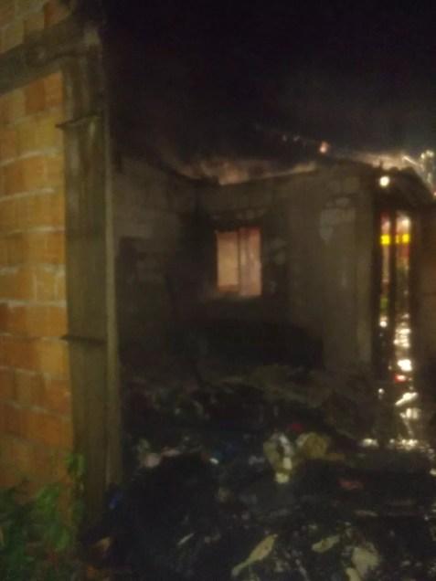 Residência foi totalmente destruída pelas chamas em Navegantes (Foto: Bombeiros/Divulgação)