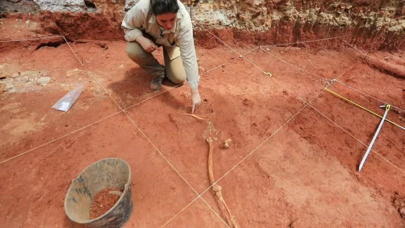 Arqueólogos encontram ossadas da época da escravidão em terreno no Centro de São Paulo